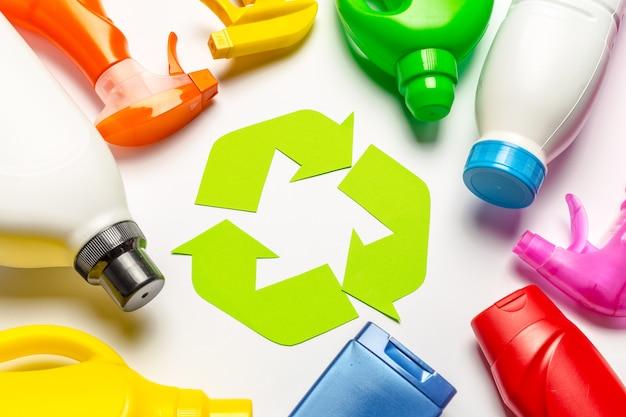 Eco com símbolo de reciclagem na vista superior do plano de fundo de tabela