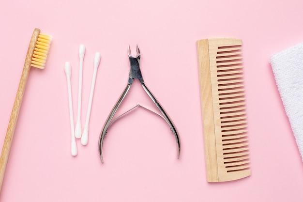 Eco escova de dentes de madeira, pente e pinças em rosa