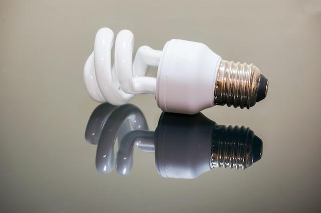 Eco lâmpada em fundo escuro com reflexo