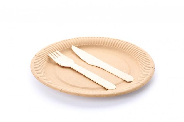 Eco - placa amigável com a forquilha e a colher isoladas no branco. louça descartável