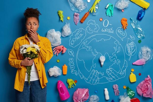 Eco voluntário ao lado da colagem de resíduos ambientais