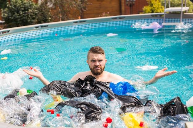 Ecologia, lixo plástico, emergência ambiental e poluição da água - homem chocado nadando em uma piscina suja.