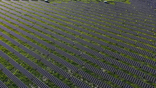 Ecologia painéis de estação de energia solar nos campos energia verde ao pôr do sol paisagem inovação elétrica natureza ambiente
