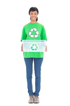 Ecologista de cabelo preto satisfeito segurando uma caixa de reciclagem