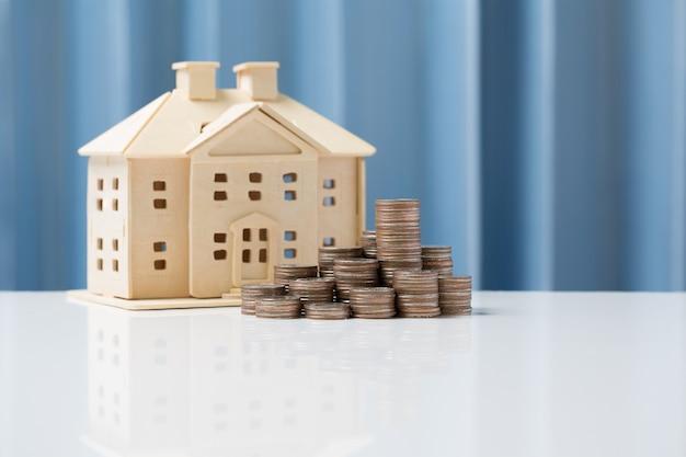 Economia de conceito de crescimento de dinheiro para comprar casa para sua família