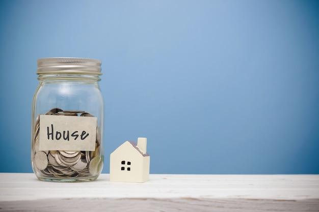 Economia de dinheiro para casa na garrafa de vidro