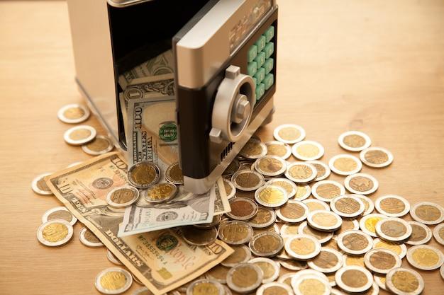 Economia no carro. dinheiro caindo do cofre.