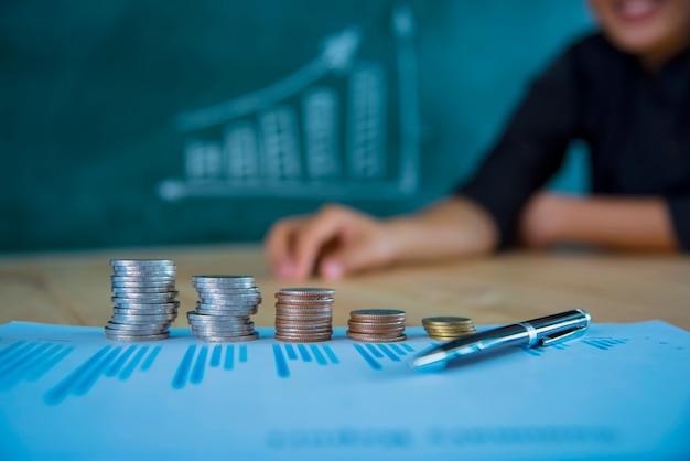 Economizando conceito de dinheiro, gráfico, pilhas de moedas, gráfico e caneta, espaço de cópia. foco seletivo, cor vintage