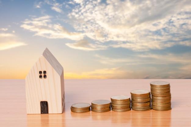 Economizando dinheiro com um modelo doméstico de madeira no fundo do céu à noite