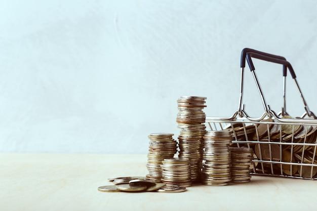 Economizando dinheiro conceito. carrinho de compras ou carrinho com moeda