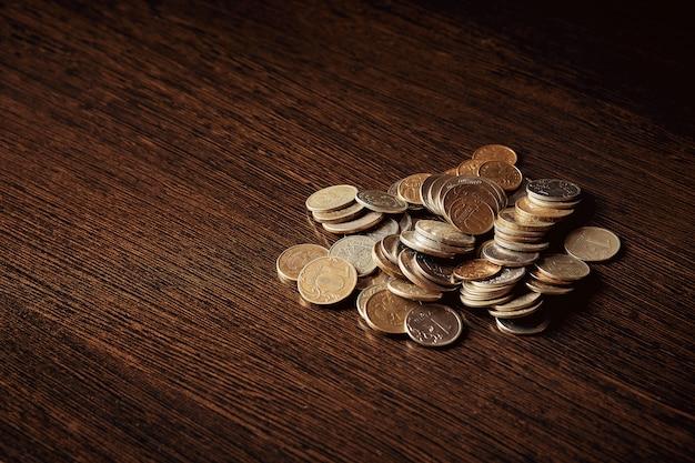 Economizando dinheiro, conceito de negócio. moedas na mesa