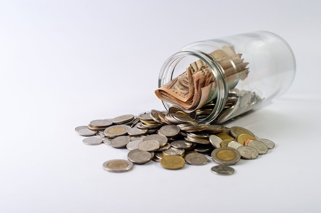 Economizando dinheiro, economizando dinheiro para o futuro antes da vida. e prata em um fundo branco