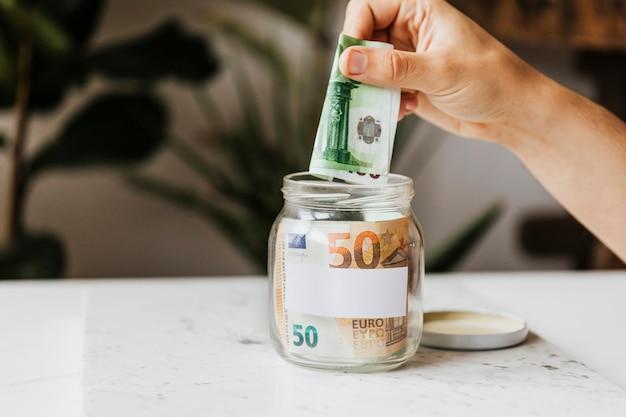 Economizando dinheiro em uma jarra