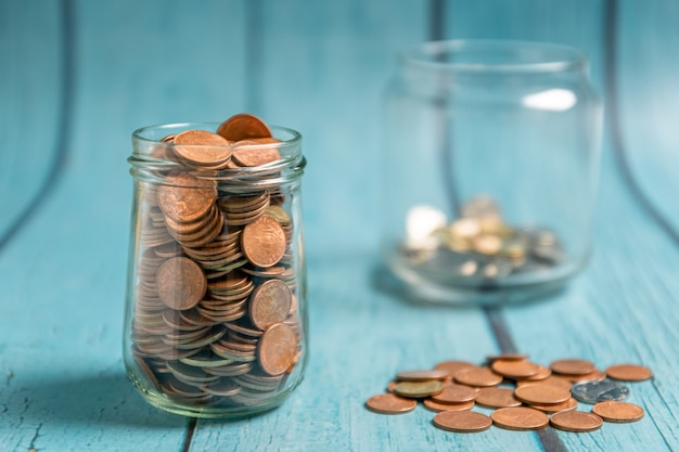 Economizando dinheiro para aposentadoria e conceito de banca de conta