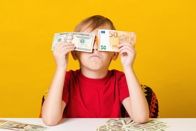 Economizando dinheiro para educação futura. alfabetização financeira de crianças. criança inteligente contando dinheiro. Foto Premium