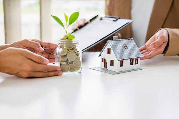 Economizando dinheiro para investir em casa ou propriedade no futuro.