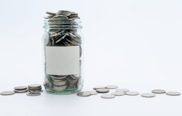 Economizar dinheiro na garrafa de vidro para o conceito de dinheiro