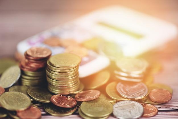 Economize dinheiro moedas na mesa