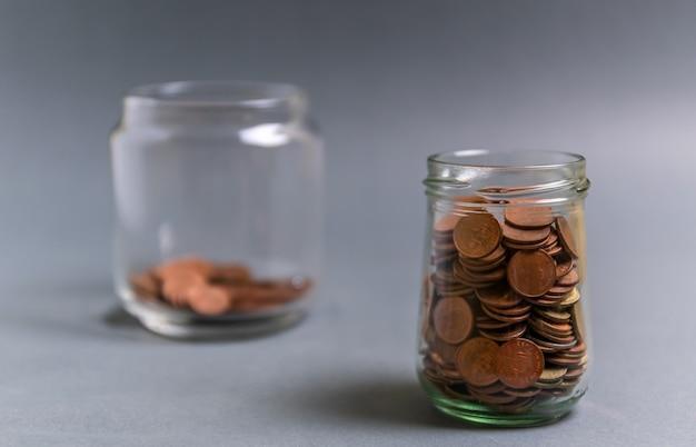 Economize dinheiro para aposentadoria e conceito bancário da conta