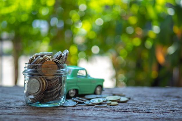 Economize dinheiro para investimento conceito dinheiro no vidro