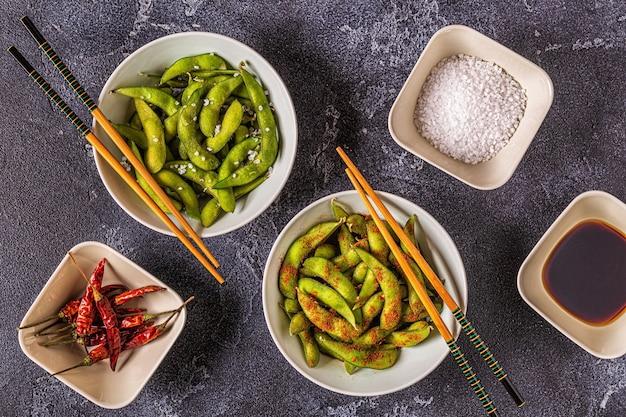 Edamame verde cozido, comida japonesa. vista do topo.