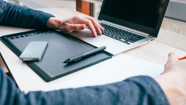 Edição de fotos, retoque a visão criativa, homem trabalhando em um laptop e tablet gráfico com caneta