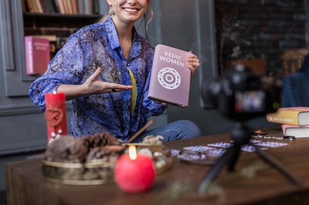 Edição especial. close-up de um livro em mãos femininas enquanto é mostrado para a câmera