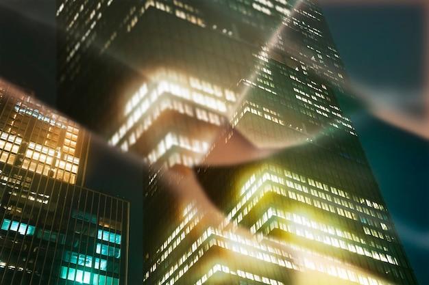 Edifício à noite com caleidoscópio de prisma / efeito de lente de prisma