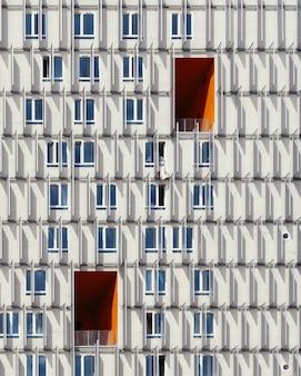 Edifício alto branco e azul capturado durante o dia