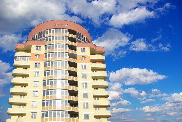 Edifício alto com céu nublado