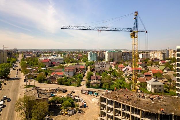 Edifício alto de apartamento ou escritório em construção