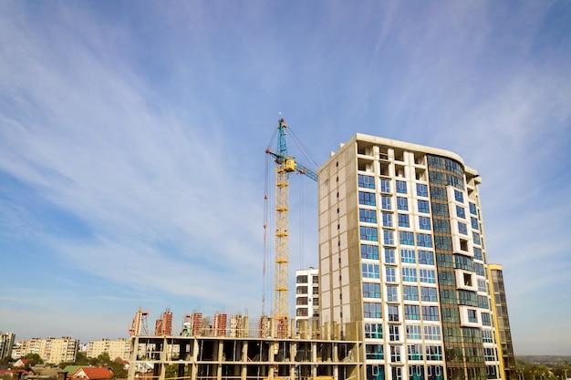 Edifício alto de apartamentos residenciais em construção. desenvolvimento imobiliário.