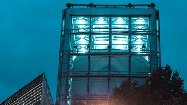 Edifício alto de concreto com luzes azuis