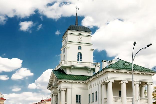 Edifício antigo com colunas