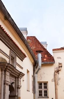 Edifício antigo com um telhado de telha