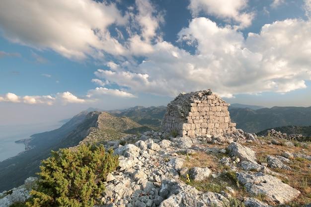 Edifício antigo no topo das montanhas dináricas, na croácia