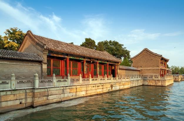 Edifício antigo por um rio
