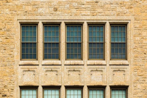 Edifício antigo simétrico de vista frontal