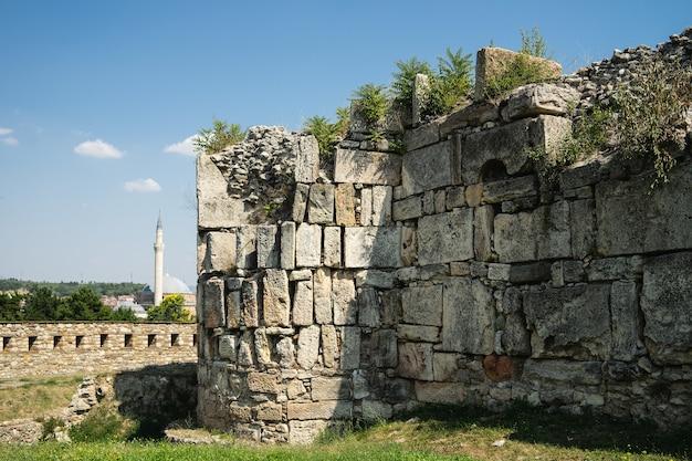 Edifício antigo sob a luz do sol e um céu azul em skopje, na macedônia do norte