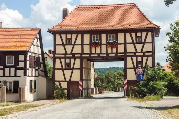Edifício ao longo da estrada na vila rural da alemanha. casa antiga como exemplo da arquitetura alemã antiga