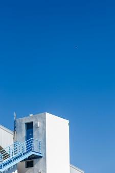 Edifício branco com céu