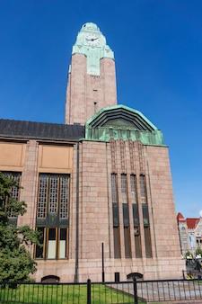 Edifício com a torre do relógio da estação ferroviária central, helsinque, finlândia