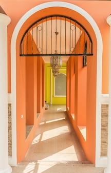 Edifício com arcos laranja e lâmpadas vintage penduradas