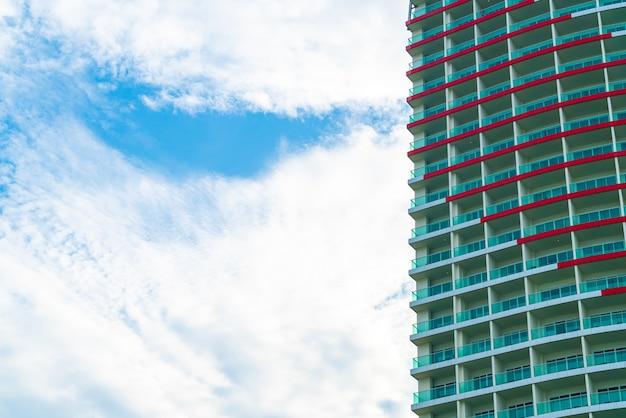 Edifício com céu nublado e espaço de cópia