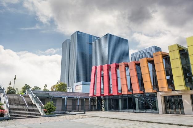 Edifício com paredes coloridas