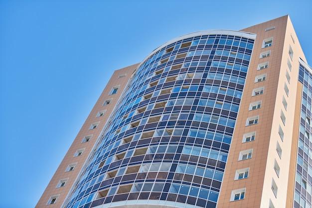 Edifício com vários andares e céu azul