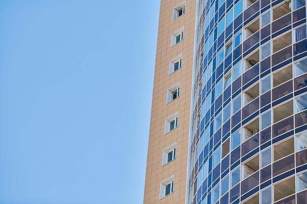 Edifício com vários andares para alugar, copie o espaço. fachada de vários andares, bloco de apartamentos vivo. novos apartamentos modernos em prédio alto