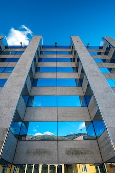 Edifício comercial exterior da estrutura de vidro