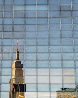 Edifício comercial no japão com paisagem urbana