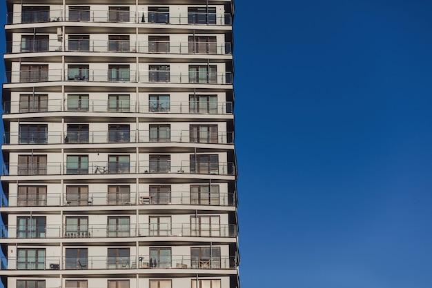 Edifício confortável e moderno. hipoteca. condomínio. espaço para texto